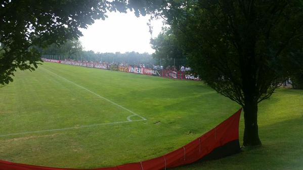 I tifosi a bordo campo per il primo allenamento del Milan