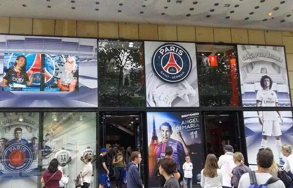 Ibrahimovic non figura più sull'entrata dello store di Parigi