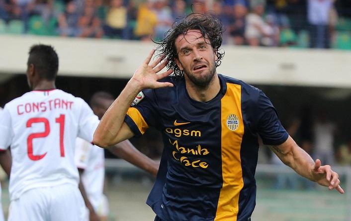 Luca Toni esulta dopo un gol al Milan.