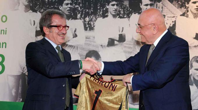 Roberto Maroni riceve da Adriano Galliani una maglia del Milan autografata
