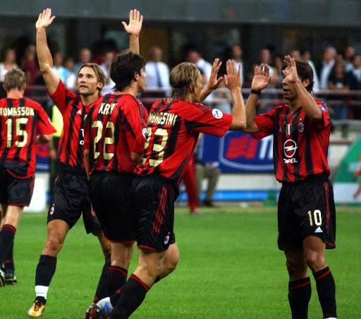 I giocatori del Milan esultano durante la Supercoppa italiana 2004